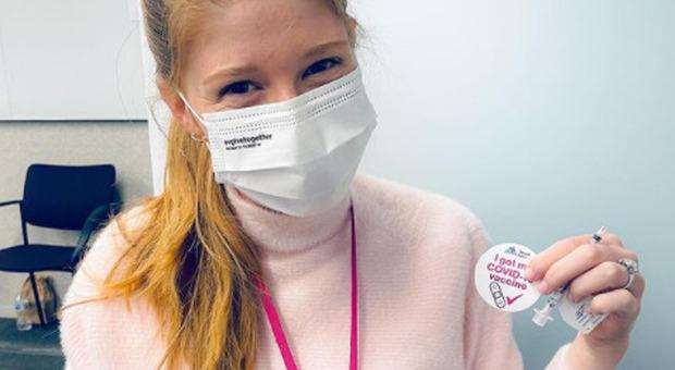La figlia di Bill Gates si vaccina e ironizza: «Purtroppo non mi hanno impiantato alcun microchip»