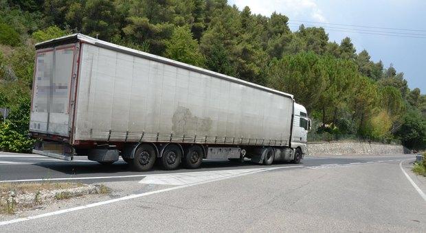 Migrante si aggrappa sotto il camion per arrivare in Italia, investito: è gravissimo