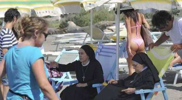 """Ostia, """"Che Dio ci aiuti"""" set in spiaggia con la tonaca"""