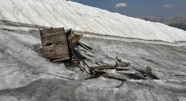 Marmolada, si scioglie il ghiacciaio e riaffiorano i rifiuti del passato
