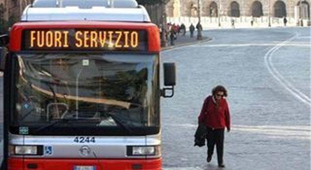 Roma, Atac: stop alle telefonate degli autisti durante il servizio anche se con l'auricolare