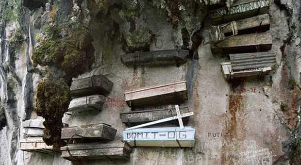 Dalle bare sospese nelle Filippine a quelle tra i tavoli di un ristorante in India: ecco i cimiteri più strani del mondo
