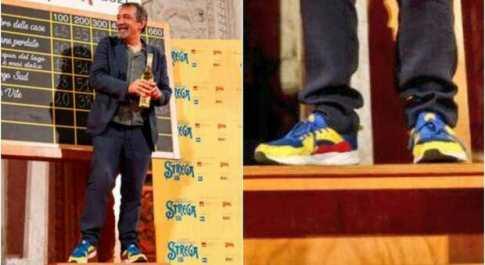 Emanuele Trevi ritira il premio Strega con le scarpe della Lidl e scatta l'ironia social: «Hanno vinto le calzature»