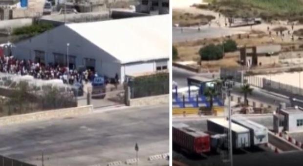 Oltre 500 migranti in fuga da tensostruttura della Protezione civile a Porto Empedocle