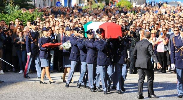 Trieste, i funerali dei due agenti uccisi in Questura: la diretta