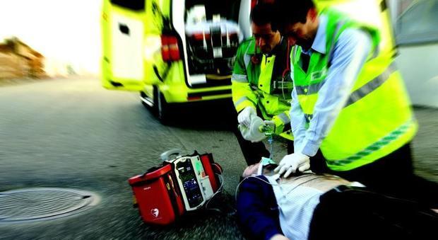 Roma, uomo colpito da infarto all'uscita della palestra salvato con il defibrillatore