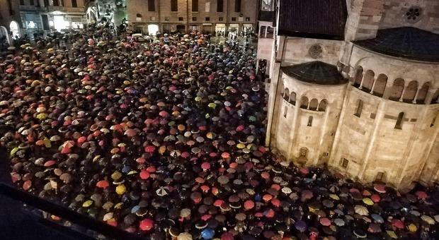 Sardine a Modena, seimila sotto la pioggia in piazza Grande contro Salvini