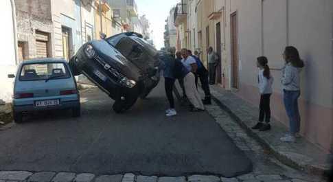 L'autista ha troppa fretta, il suv resta in bilico sulla Fiat 500 nel vicolo