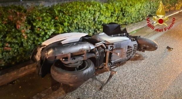Rubano uno scooter e si schiantano all'una di notte contro un muro: morti due ventenni marocchini