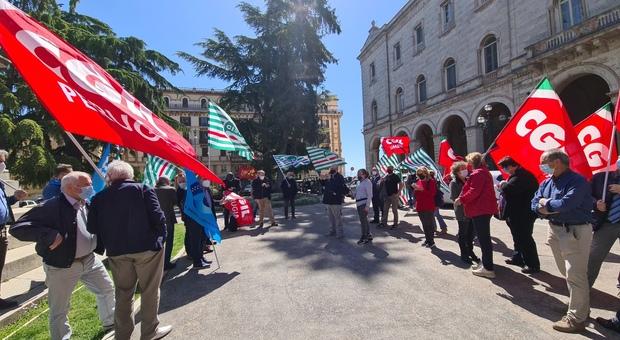 Il presidio dei sindacati davanti alla Prefettura di Perugia