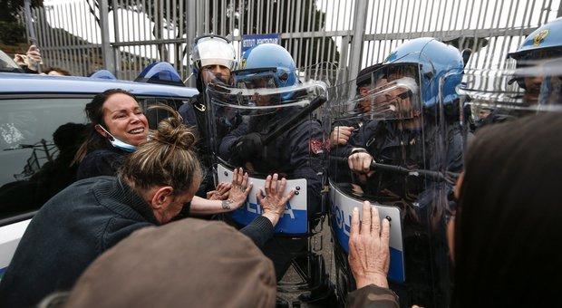A Regina Coeli e Rebibbia lo strano blitz dei centri sociali prima dell'inizio della rivolta: «Detenuti, non siete soli»