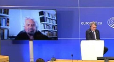 Grillo in collegamento con Bruxelles: «Non credo al parlamento ma alla democrazia diretta»