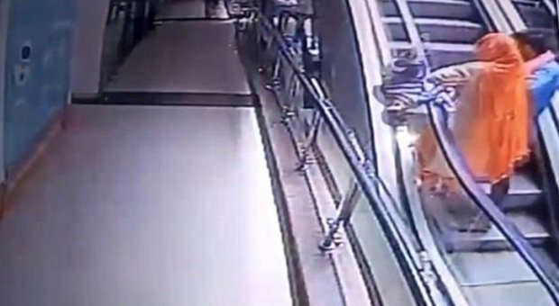 Mamma scatta un selfie sulle scale mobili: la figlioletta le scivola di mano, cade nel vuoto e muore Video