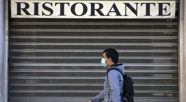 Confcommercio: 270 mila imprese a rischio chiusura. Oggi il tavolo governo-Regioni sulle riaperture dal 18