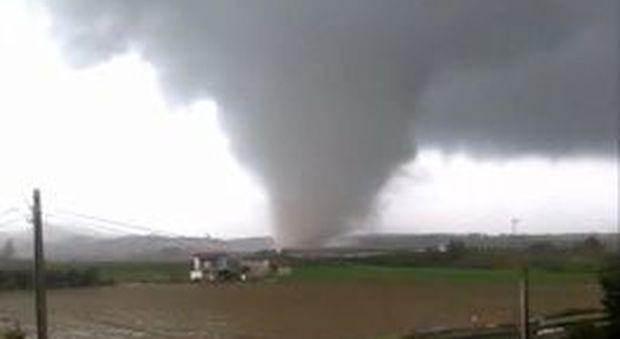 Maltempo, tornado in Calabria: feriti. Allagamenti e frane in tutt'Italia