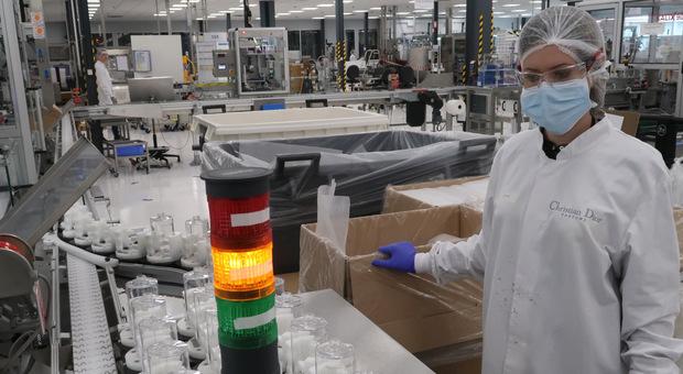 I laboratori Dior che producono gel disinfettante