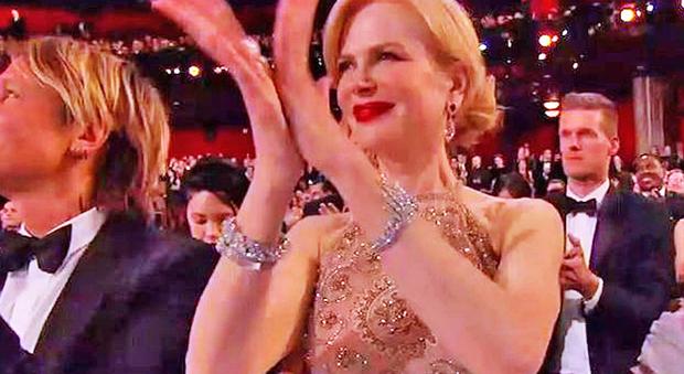 Nicole Kidman spiega il perché del suo strano applauso alla notte degli Oscar
