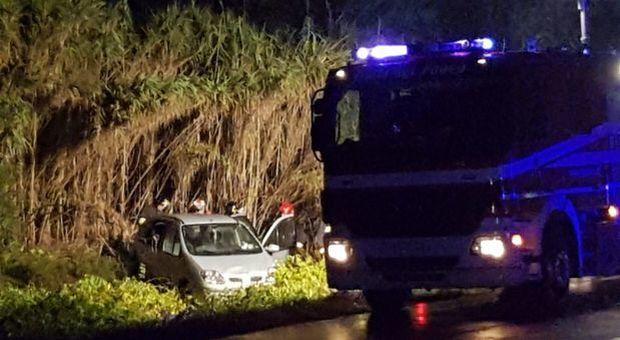 L'auto guidata dalla mamma si rovescia sulla strada, muore bimbo di 3 anni: sbalzato dal lunotto posteriore