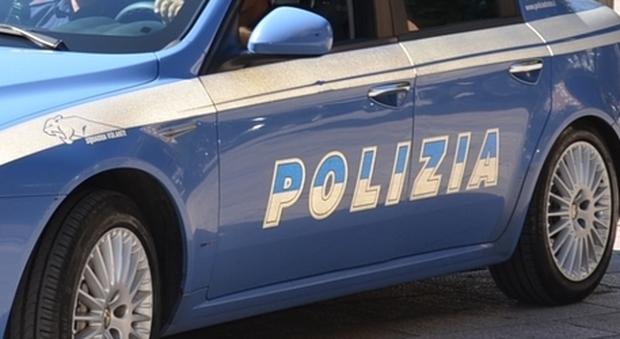Roma, sparatoria al Trullo: uomo in scooter apre il fuoco contro un'auto. È caccia al sicario