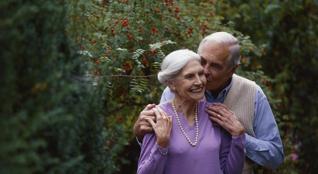 Sesso, migliora la salute degli anziani ma non ne parlano con il medico