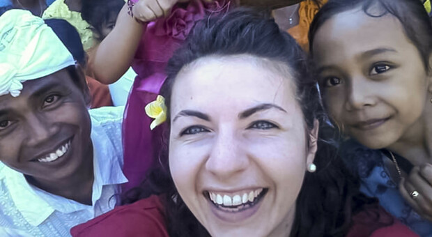 Marina Lorenzon circondata dai bambini durante un viaggio