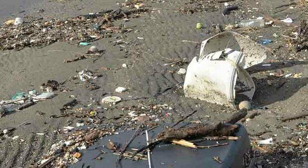 Roma, maltempo: rifiuti vicino al faro di Fiumicino, alla foce del Tevere