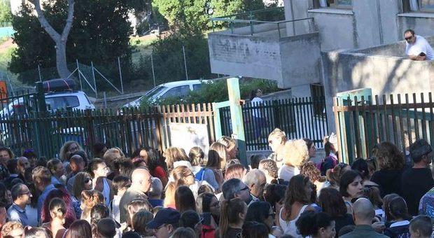 Bestemmia davanti alla scuola del figlio: multa di 100 euro