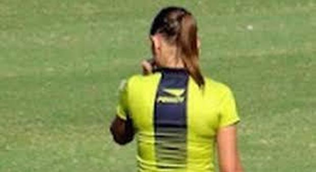 Calcio, insulti sessisti alla ragazza arbitro: mamme e papà contro la sedicenne