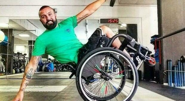 Paralizzato per un'infezione midollare, ex pugile impara di nuovo a camminare