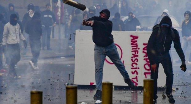 Napoli, anti Salvini assaltano polizia: città devastata