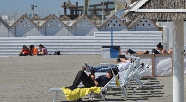 Tuffi proibiti a Ostia: scattano i controlli con i droni