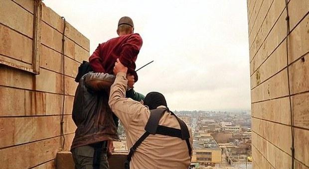 Isis, nuove esecuzioni choc: omosessuali, ladri e adultere gettati dai tetti, lapidati e crocifissi