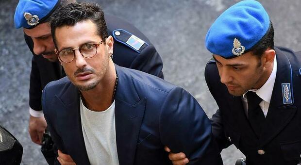 Fabrizio Corona si è ferito rischiando la vita: ora è piantonato in psichiatria