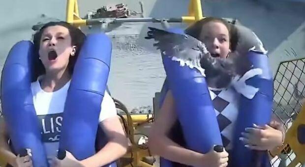 Gabbiano si schianta su una ragazza sulla Spring Shot, la giostra che ti lancia in aria a 120 km/h: il video è virale