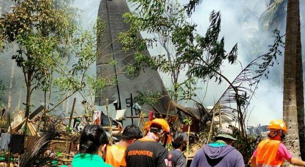 Aereo militare precipita nelle Filippine, 85 persone a bordo