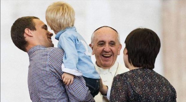 Papa: «Famiglia è solo tra uomo e donna. L'aborto selettivo? Come i medici nazisti»