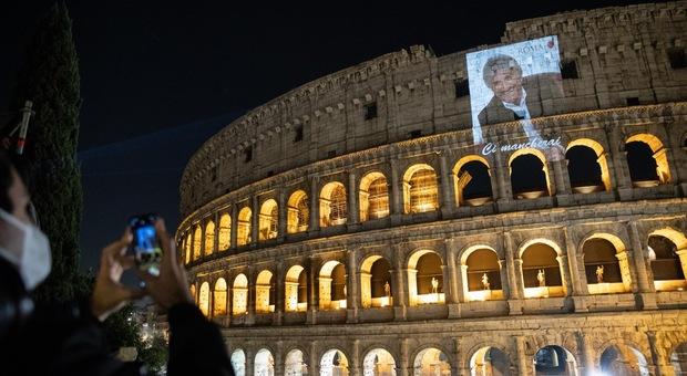 Gigi Proietti morto a Roma, centinaia di fiori davanti alla clinica. Mattatore di teatro e tv, fatale un attacco cardiaco