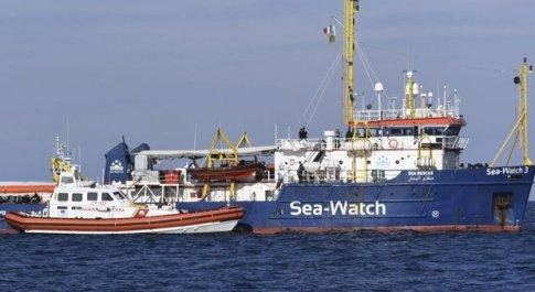Sea Watch, tratto di mare chiuso. Dem a bordo: «Esposto contro detenzione illegale»