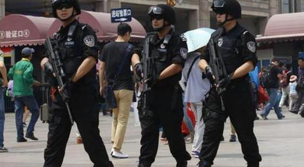 """Cina, proibito il burqa nella regione """"musulmana"""": la polizia uccide 6 presunti terroristi"""