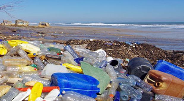 Plastica monouso, il Parlamento Europeo approva lo stop