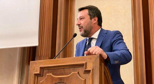 Salvini senza mascherina al convegno dei «negazionisti». Pd: è come Bolsonaro