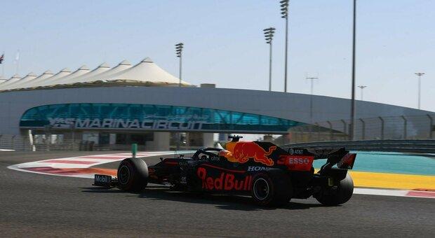 Gp di Abu Dhabi, l'ultima pole è di Verstappen davanti alle Mercedes. Leclerc nono