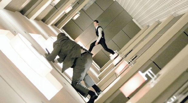 "Joseph Gordon-Levitt in una scena onirica del film ""Inception"" (2010) diretto da Christopher Nolan"