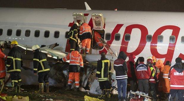 Incidente Istanbul, aereo fuori pista si spezza: un morto e 157 feriti. Bufera sulla Pegasus