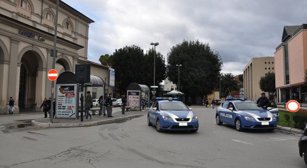 Vedono la Volante della Polizia e scappano, scatta inseguimento da action movie. Denunciati due italiani multati anche per violazioni Covid