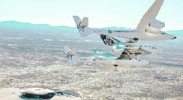 WhiteKnightTwo trasporta in quota SpaceShipTwo sulla verticale dello spazioporto Virgin Galactic in New Mexico