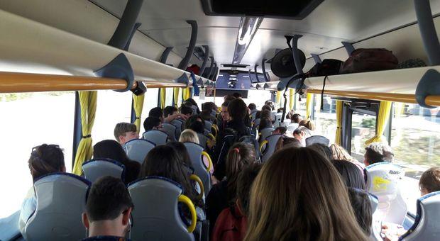 Passeggero senza biglietto, picchiati autista e controllore del bus