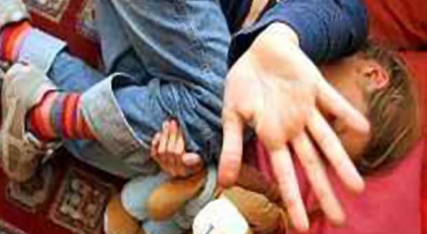 Soldato abusa almeno 30 volte di 4 bambini fra 1 e 5 anni di età: condannato a 10 anni e al ricovero psichiatrico