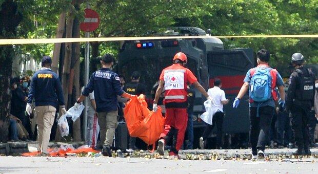 Indonesia, esplosione davanti alla chiesa di Makassar: «Due kamikaze, molti feriti»