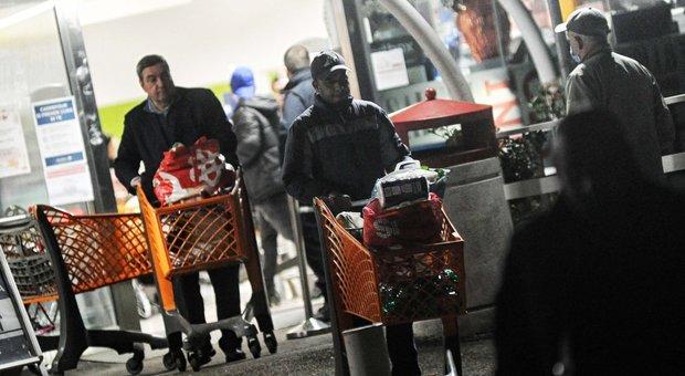 Code e assalto ai supermercati nella notte: carrelli in fila fino ai parcheggi